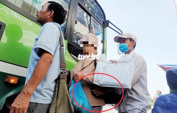 Vạch trần thủ đoạn dàn trận móc túi khách đi xe buýt trước KDL Suối Tiên - Ảnh 2.