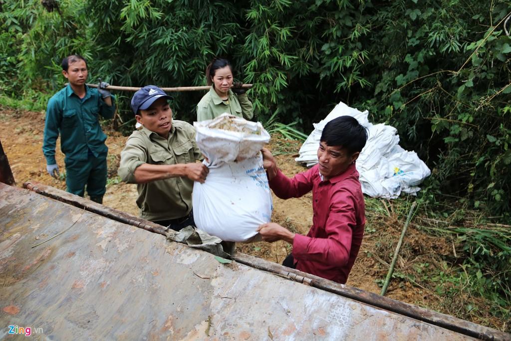 Dòng suối gần nhà máy nước sông Đà vẫn đen kịt sau 1 tuần bị đổ trộm - Ảnh 10.