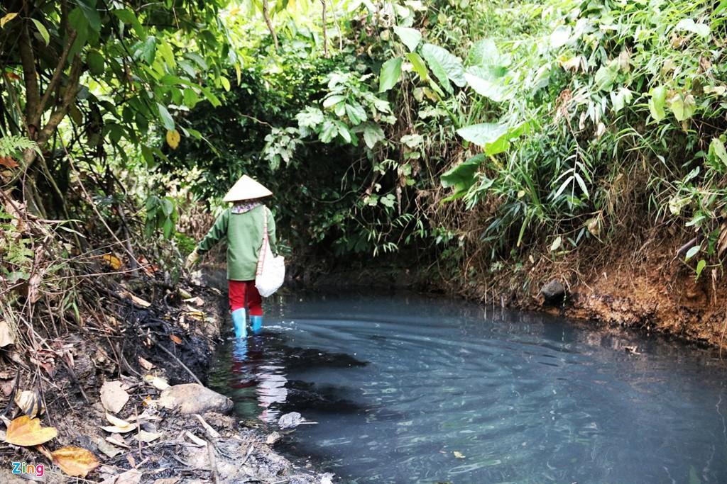 Dòng suối gần nhà máy nước sông Đà vẫn đen kịt sau 1 tuần bị đổ trộm - Ảnh 2.