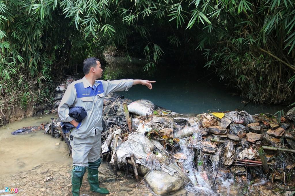 Dòng suối gần nhà máy nước sông Đà vẫn đen kịt sau 1 tuần bị đổ trộm - Ảnh 4.
