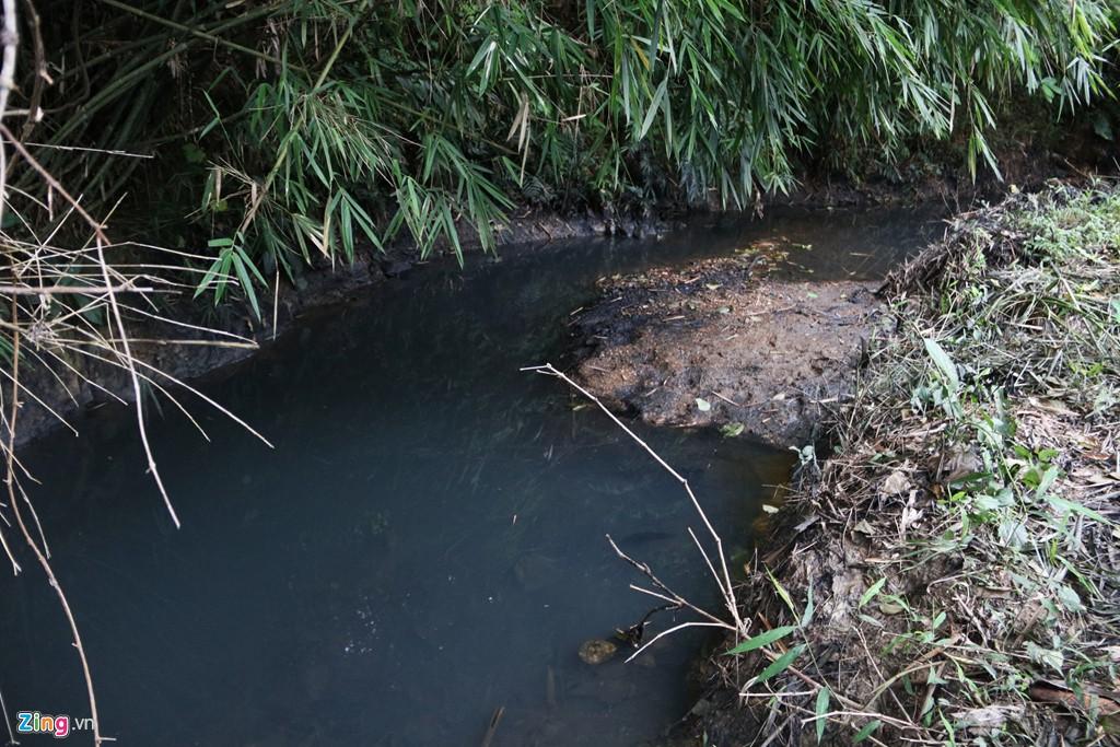 Dòng suối gần nhà máy nước sông Đà vẫn đen kịt sau 1 tuần bị đổ trộm - Ảnh 7.