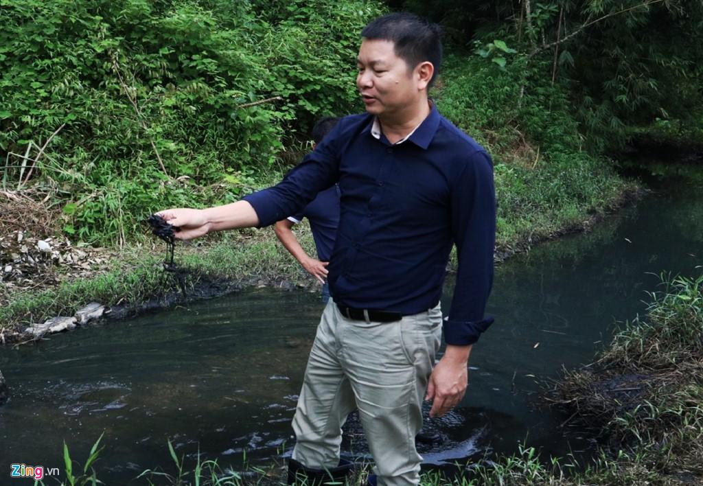 Dòng suối gần nhà máy nước sông Đà vẫn đen kịt sau 1 tuần bị đổ trộm - Ảnh 8.