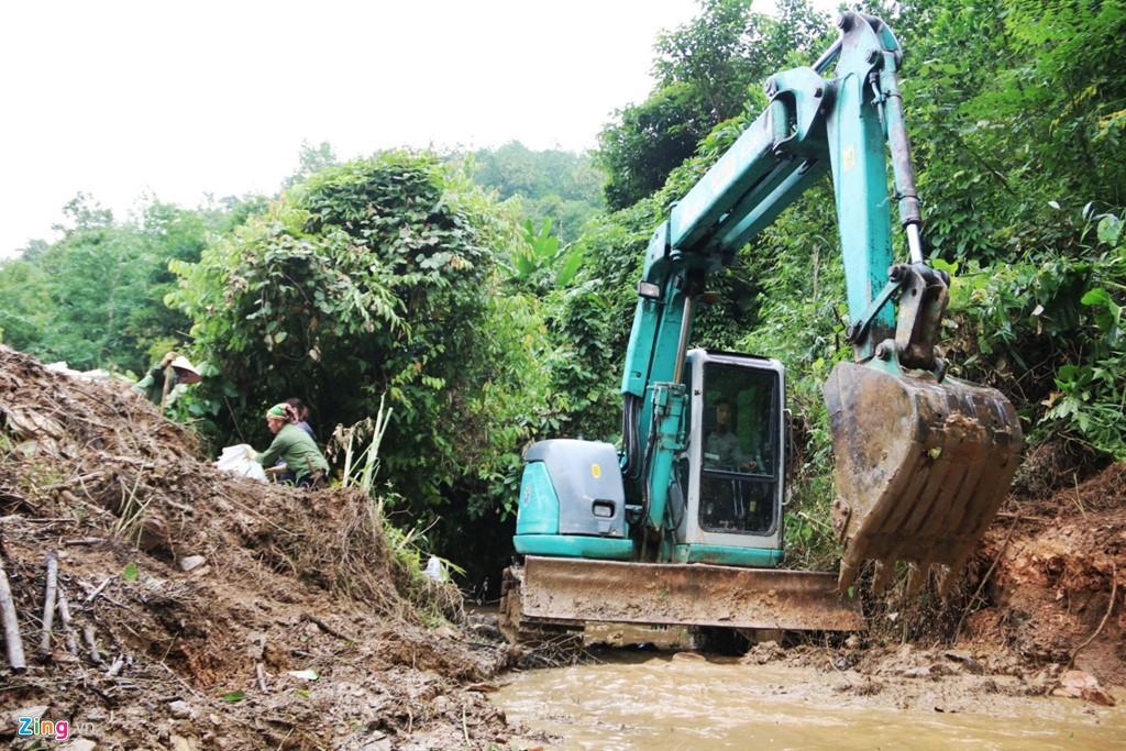 Dòng suối gần nhà máy nước sông Đà vẫn đen kịt sau 1 tuần bị đổ trộm - Ảnh 9.