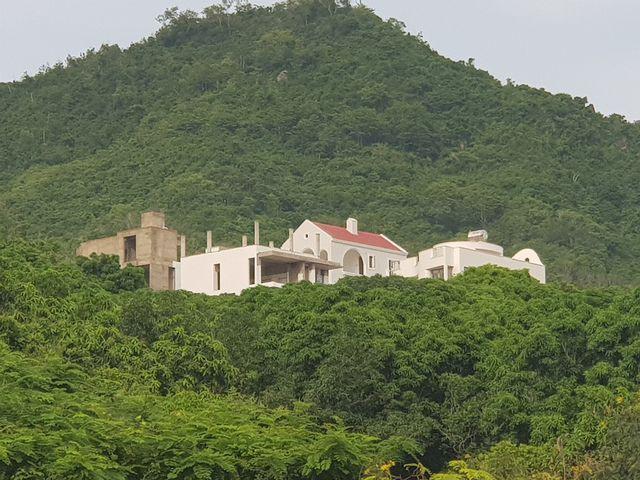 Dự án biệt thự ven biển Nha Trang rầm rộ thi công bất chấp lệnh tạm dừng - Ảnh 1.