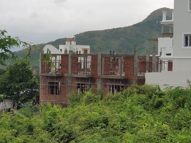 Dự án biệt thự ven biển Nha Trang rầm rộ thi công bất chấp lệnh tạm dừng - Ảnh 3.