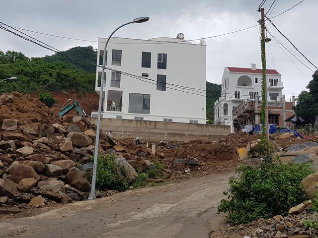 Dự án biệt thự ven biển Nha Trang rầm rộ thi công bất chấp lệnh tạm dừng - Ảnh 4.