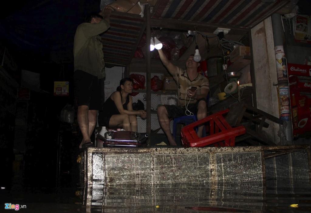 Tiểu thương mếu máo vì hàng hóa hư hỏng sau đợt mưa ngập tới nóc - Ảnh 11.