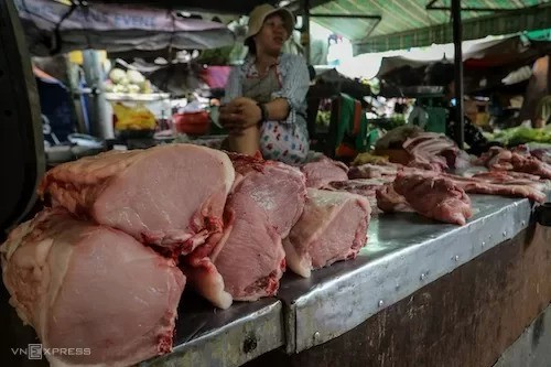 TP HCM sẽ xả thịt heo dự trữ nếu khan hiếm - Ảnh 1.