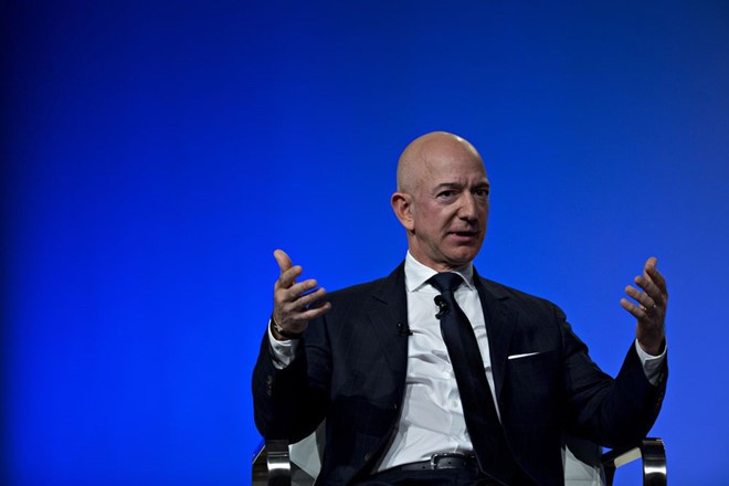 Mất 7 tỉ USD, Jeff Bezos trả ngôi giàu nhất thế giới cho Bill Gates - Ảnh 1.