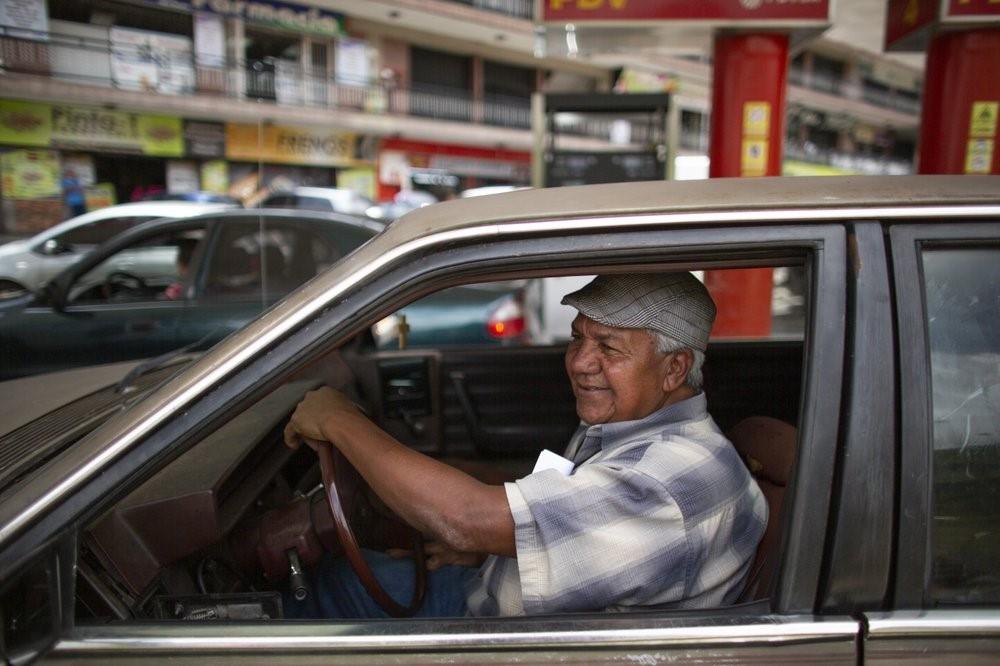 Người Venezuela trả một điếu thuốc lá, thanh kẹo để đổ xăng - Ảnh 1.
