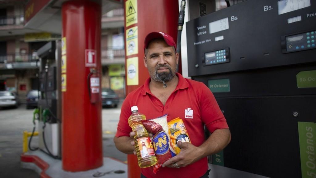 Người Venezuela trả một điếu thuốc lá, thanh kẹo để đổ xăng - Ảnh 2.