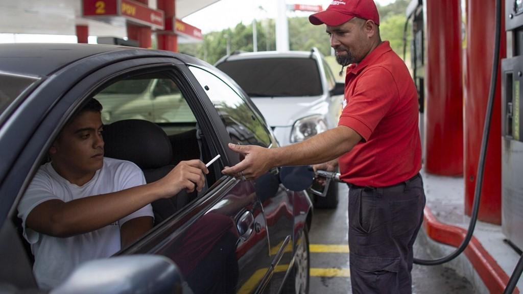 Người Venezuela trả một điếu thuốc lá, thanh kẹo để đổ xăng - Ảnh 3.