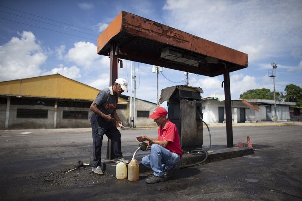 Người Venezuela trả một điếu thuốc lá, thanh kẹo để đổ xăng - Ảnh 4.