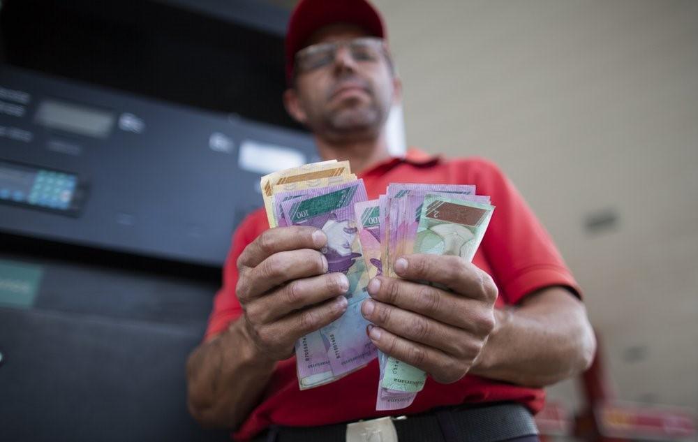 Người Venezuela trả một điếu thuốc lá, thanh kẹo để đổ xăng - Ảnh 5.