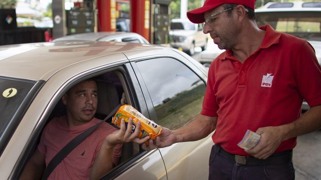 Người Venezuela trả một điếu thuốc lá, thanh kẹo để đổ xăng - Ảnh 6.