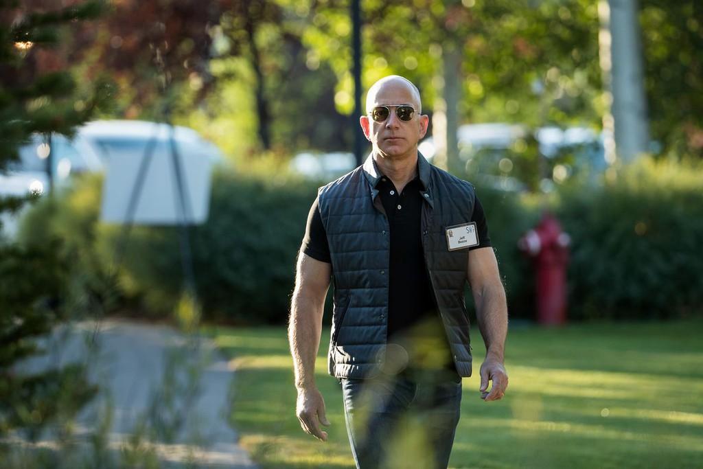 Các tỉ phú công nghệ giàu lên, riêng Jeff Bezos mất gần 15 tỉ USD - Ảnh 2.