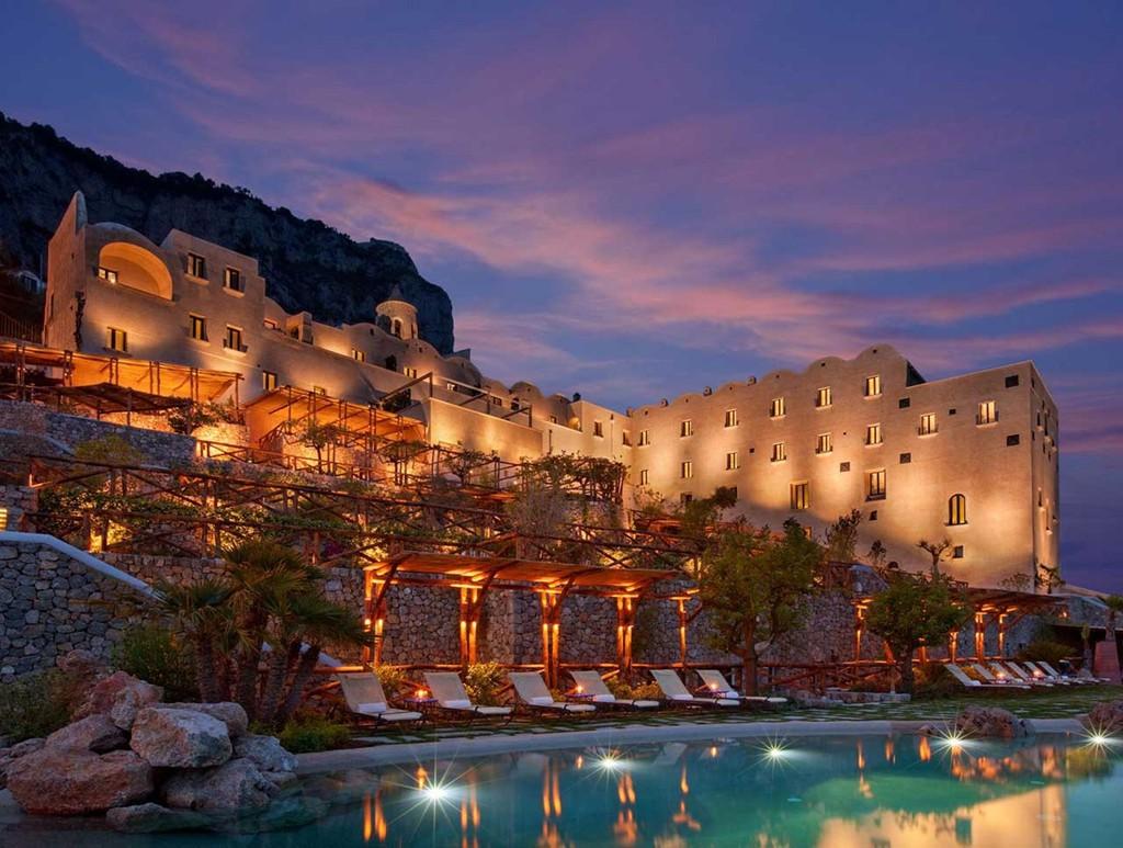 5 khu nghỉ dưỡng xây cheo leo trên vách núi nổi tiếng thế giới - Ảnh 1.