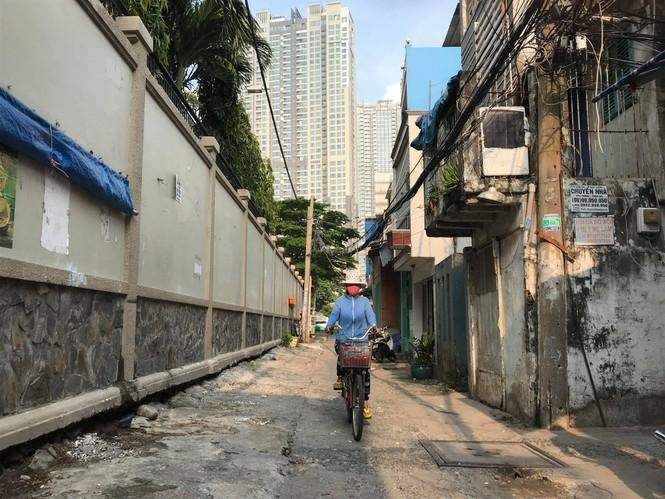 Lo nhà biến thành... hầm chứa nước khi nâng đường Nguyễn Hữu Cảnh - Ảnh 1.