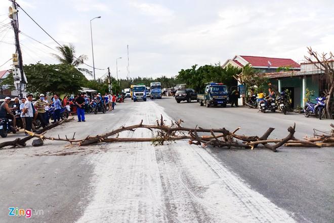 Bột trắng chảy tràn xuống đường, dân chặn xe về cảng Dung Quất - Ảnh 1.