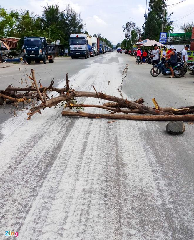 Bột trắng chảy tràn xuống đường, dân chặn xe về cảng Dung Quất - Ảnh 2.
