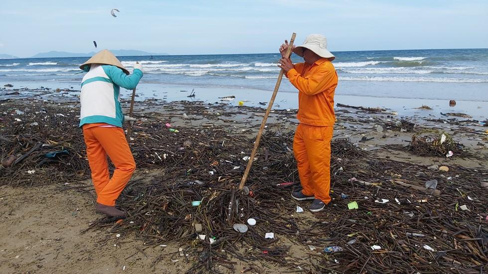 Bãi Sau biển Vũng Tàu 'đón' lượng rác khổng lồ dạt từ đại dương - Ảnh 1.