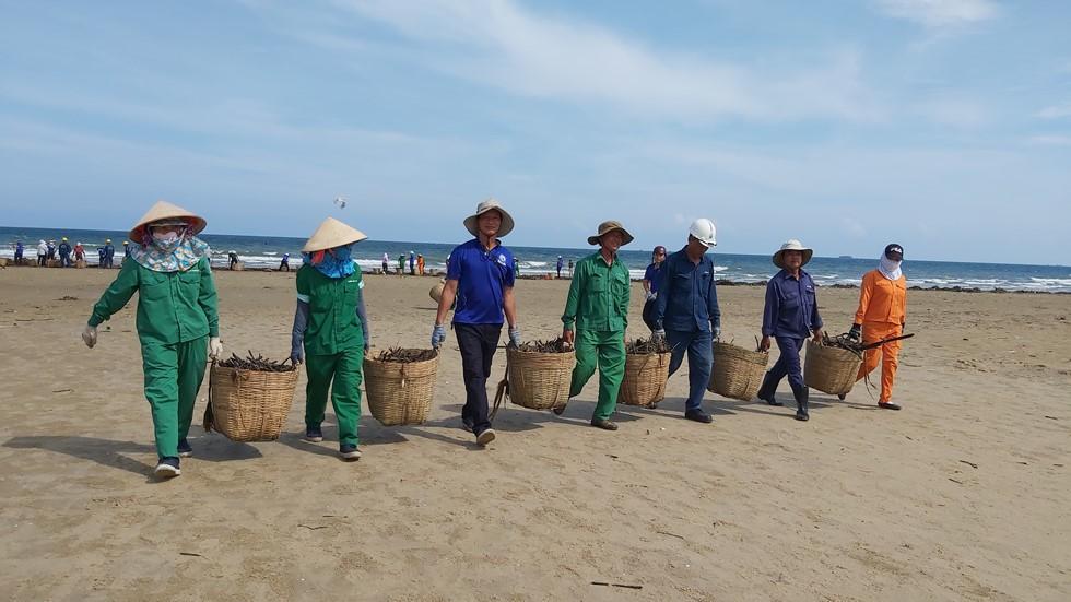 Bãi Sau biển Vũng Tàu 'đón' lượng rác khổng lồ dạt từ đại dương - Ảnh 3.