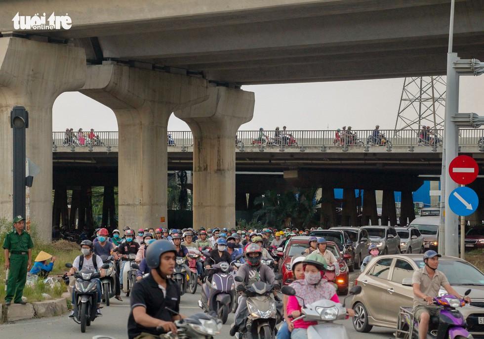 Giao thông khu Hàng Xanh, Nguyễn Hữu Cảnh vỡ trận ngay ngày đầu tuần - Ảnh 4.