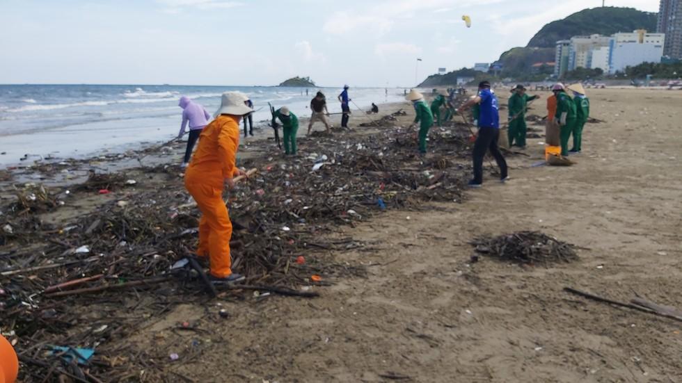 Bãi Sau biển Vũng Tàu 'đón' lượng rác khổng lồ dạt từ đại dương - Ảnh 5.