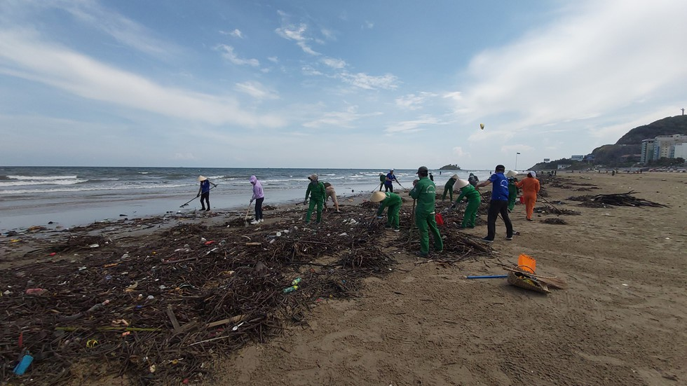 Bãi Sau biển Vũng Tàu 'đón' lượng rác khổng lồ dạt từ đại dương - Ảnh 6.