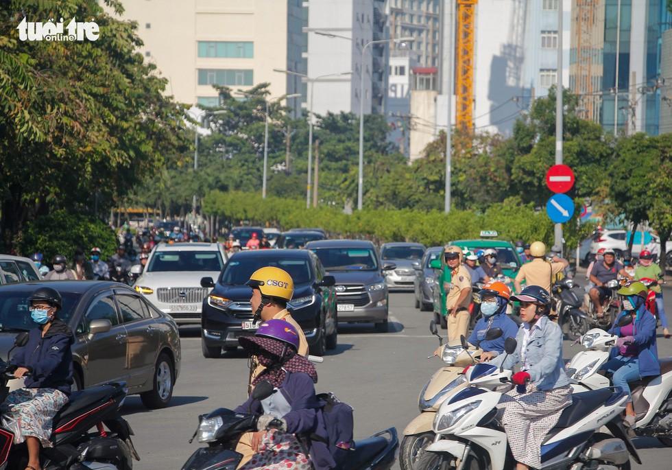 Giao thông khu Hàng Xanh, Nguyễn Hữu Cảnh vỡ trận ngay ngày đầu tuần - Ảnh 7.