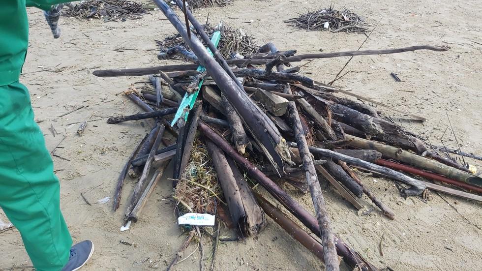Bãi Sau biển Vũng Tàu 'đón' lượng rác khổng lồ dạt từ đại dương - Ảnh 7.