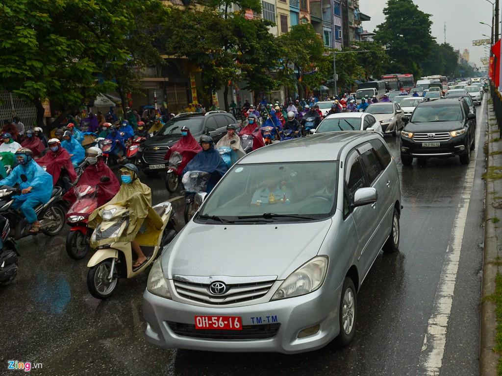 Mưa trút xuống, ôtô lại rồng rắn trên đường phố - Ảnh 2.