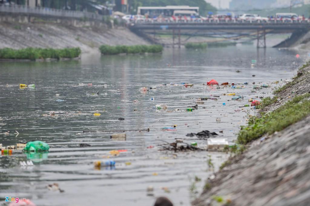 Rác nổi lềnh bềnh mặt sông Tô Lịch sau mưa - Ảnh 1.