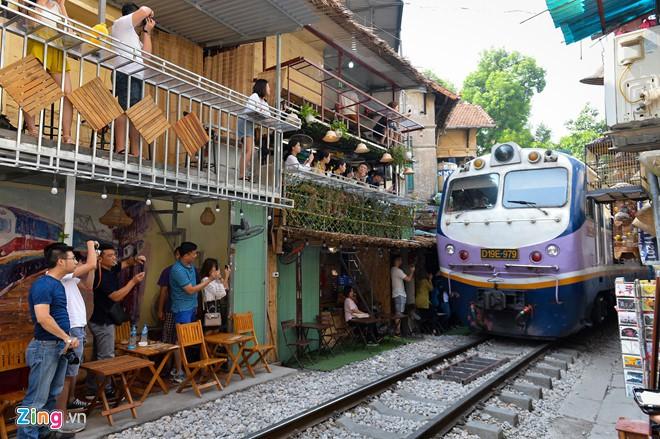 Bộ Văn hóa: Cà phê đường tàu là du lịch tự phát, cần dẹp bỏ - Ảnh 1.