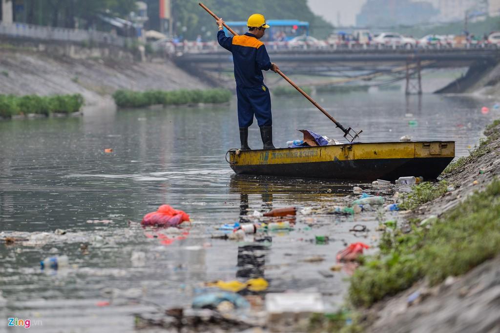 Rác nổi lềnh bềnh mặt sông Tô Lịch sau mưa - Ảnh 2.