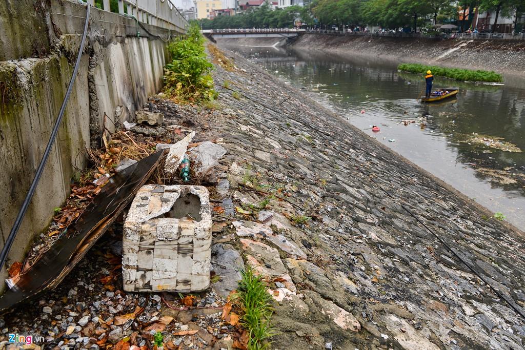 Rác nổi lềnh bềnh mặt sông Tô Lịch sau mưa - Ảnh 4.