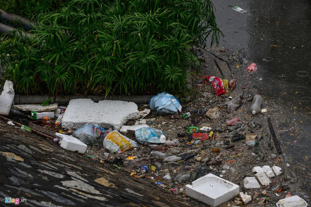 Rác nổi lềnh bềnh mặt sông Tô Lịch sau mưa - Ảnh 6.