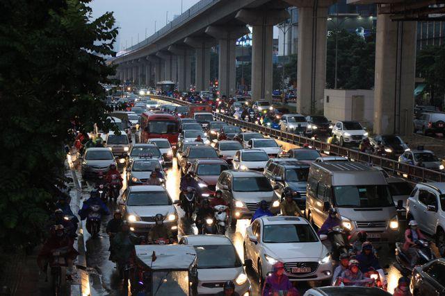 Hà Nội: Mưa lạnh trút xuống giờ tan tầm, đường phố ùn tắc kinh hoàng - Ảnh 9.