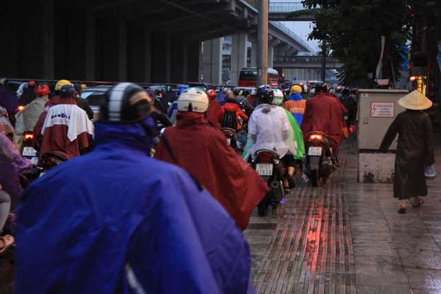 Hà Nội: Mưa lạnh trút xuống giờ tan tầm, đường phố ùn tắc kinh hoàng - Ảnh 11.