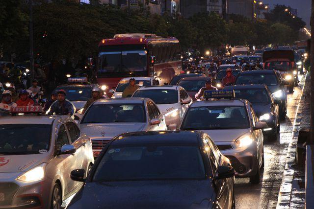 Hà Nội: Mưa lạnh trút xuống giờ tan tầm, đường phố ùn tắc kinh hoàng - Ảnh 12.