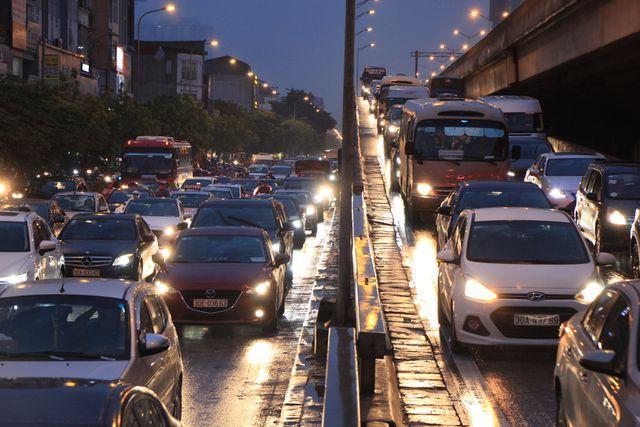 Hà Nội: Mưa lạnh trút xuống giờ tan tầm, đường phố ùn tắc kinh hoàng - Ảnh 13.