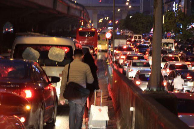 Hà Nội: Mưa lạnh trút xuống giờ tan tầm, đường phố ùn tắc kinh hoàng - Ảnh 14.