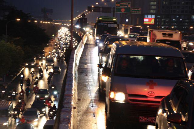 Hà Nội: Mưa lạnh trút xuống giờ tan tầm, đường phố ùn tắc kinh hoàng - Ảnh 15.