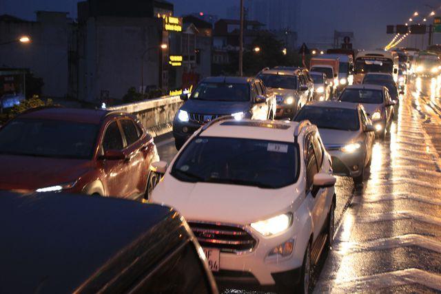 Hà Nội: Mưa lạnh trút xuống giờ tan tầm, đường phố ùn tắc kinh hoàng - Ảnh 16.