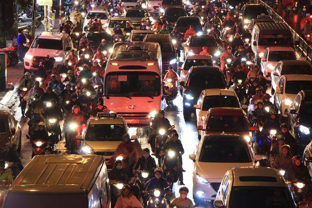 Hà Nội: Mưa lạnh trút xuống giờ tan tầm, đường phố ùn tắc kinh hoàng - Ảnh 3.