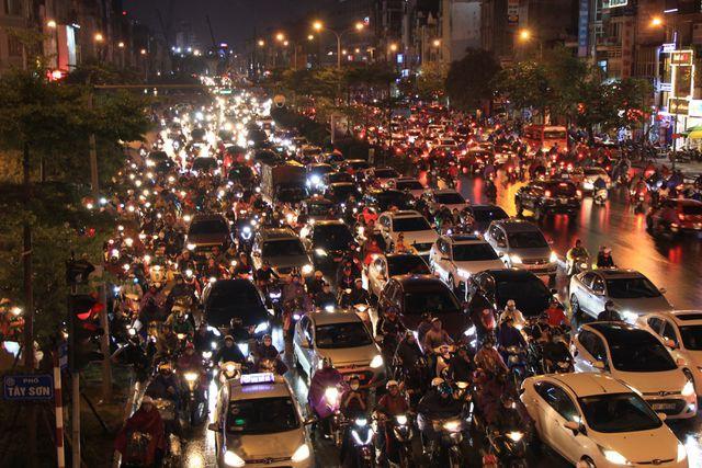 Hà Nội: Mưa lạnh trút xuống giờ tan tầm, đường phố ùn tắc kinh hoàng - Ảnh 4.