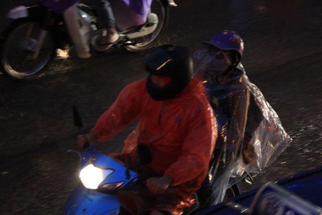 Hà Nội: Mưa lạnh trút xuống giờ tan tầm, đường phố ùn tắc kinh hoàng - Ảnh 5.