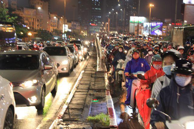 Hà Nội: Mưa lạnh trút xuống giờ tan tầm, đường phố ùn tắc kinh hoàng - Ảnh 6.