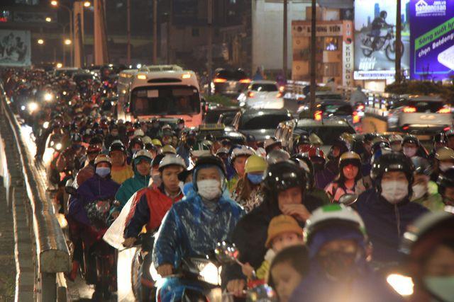 Hà Nội: Mưa lạnh trút xuống giờ tan tầm, đường phố ùn tắc kinh hoàng - Ảnh 7.