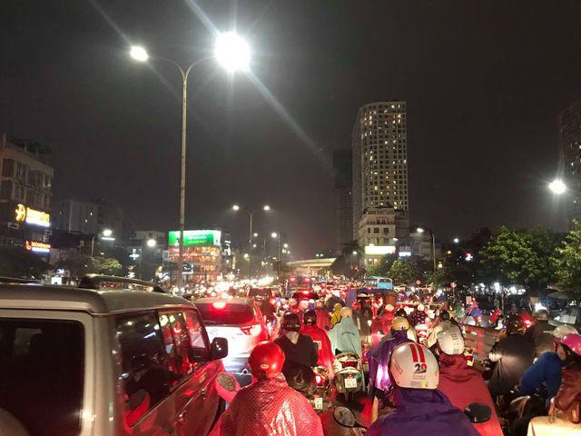 Hà Nội: Mưa lạnh trút xuống giờ tan tầm, đường phố ùn tắc kinh hoàng - Ảnh 8.